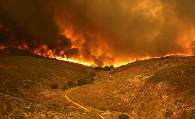 The fire moves south down Oak Canyon toward the 52 freeway. Photo by Charles Starr.